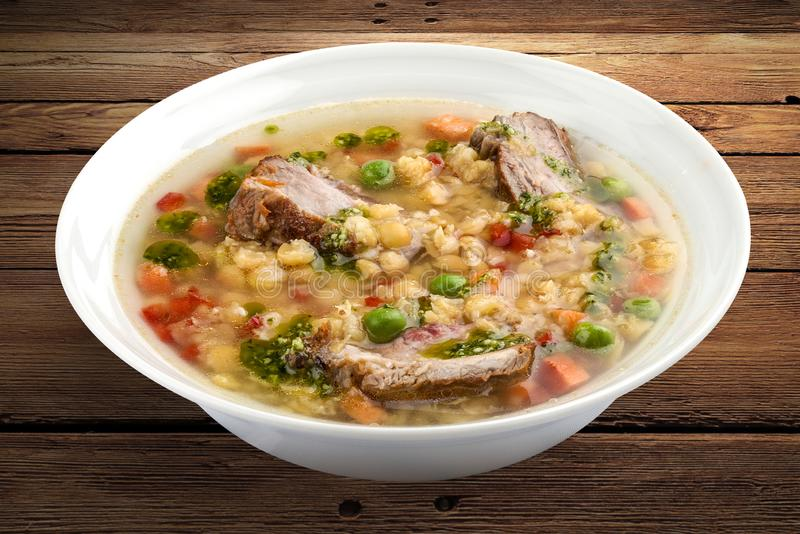 Sopa de ervilha com reforços de carne de porco imagem de stock