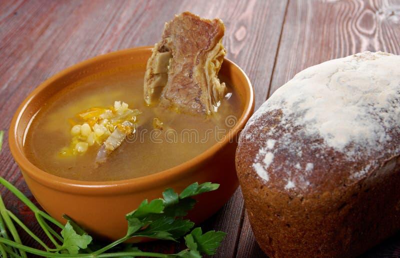 Sopa de ervilha com reforços de carne fotos de stock