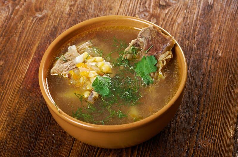 Sopa de ervilha com reforços de carne imagens de stock