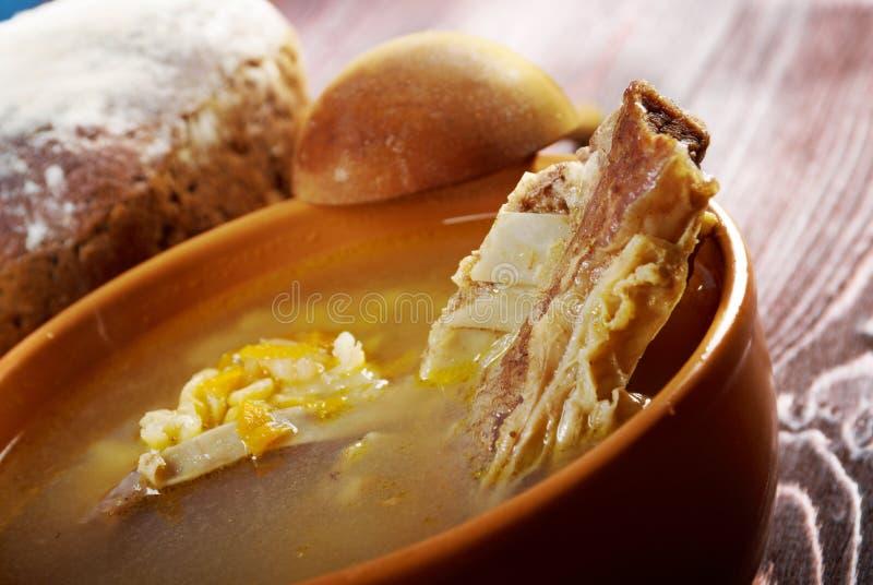Sopa de ervilha com reforços de carne foto de stock