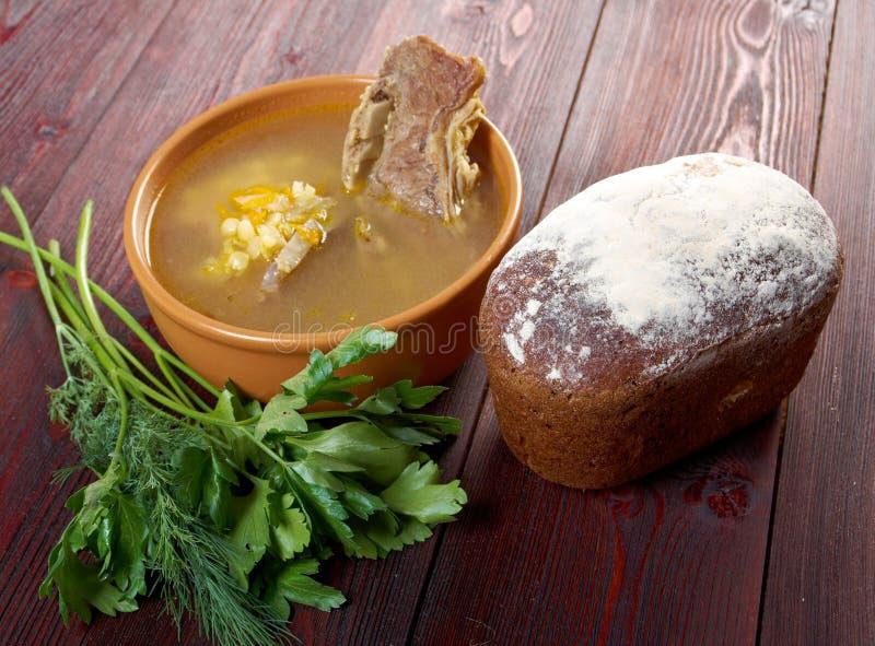 Sopa de ervilha com reforços de carne imagem de stock