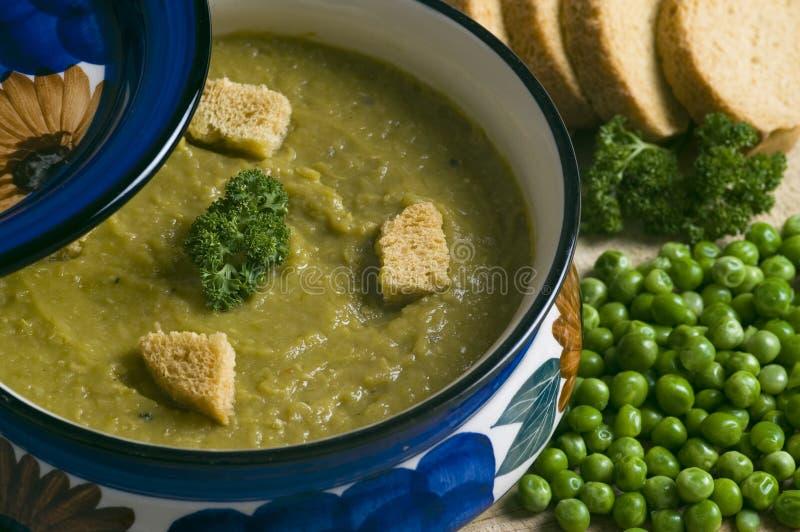 A sopa de ervilha com uma salsa decora imagem de stock