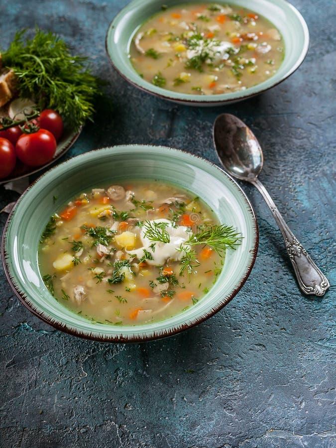 Sopa de ervilha disparada vertical com carne fumado, vegetais e verdes Alimento caseiro delicioso e saud?vel foto de stock