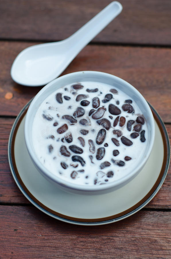 Sopa de feijão preto com leite de coco fotos de stock