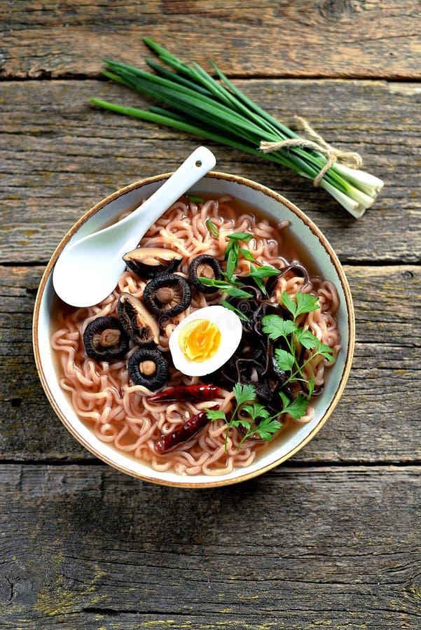 Sopa de fideos asi?tica de los ramen con las setas Alimento sano vegetariano foto de archivo