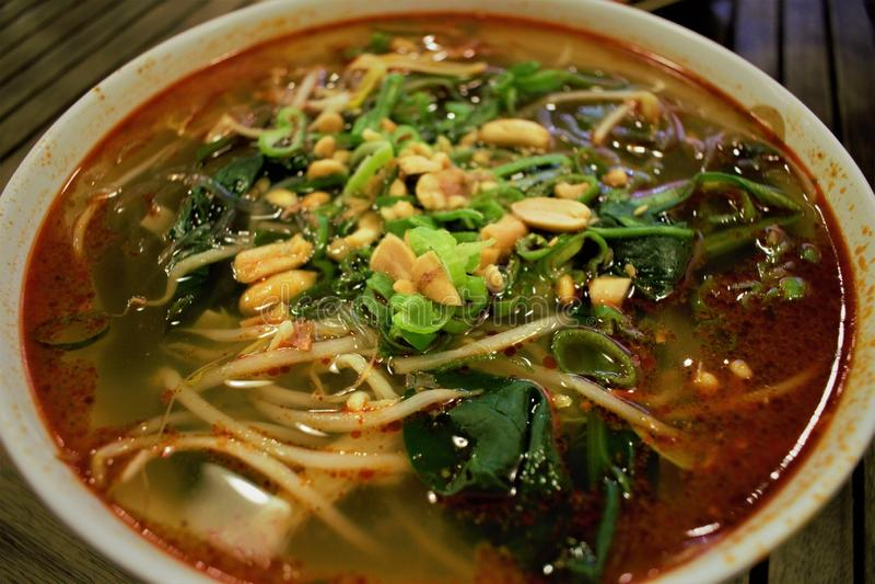 Sopa de fideos caliente y amarga china de Suanla fotos de archivo libres de regalías