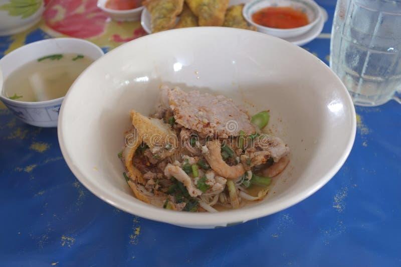Sopa de fideos china del arroz con el cerdo, bola de pescados foto de archivo