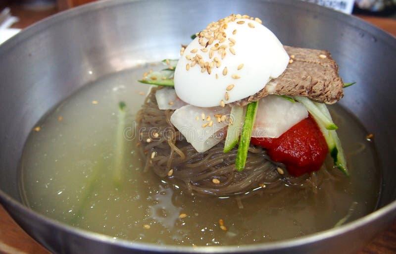 Sopa de fideos clara con la salsa coreana del estilo imagenes de archivo