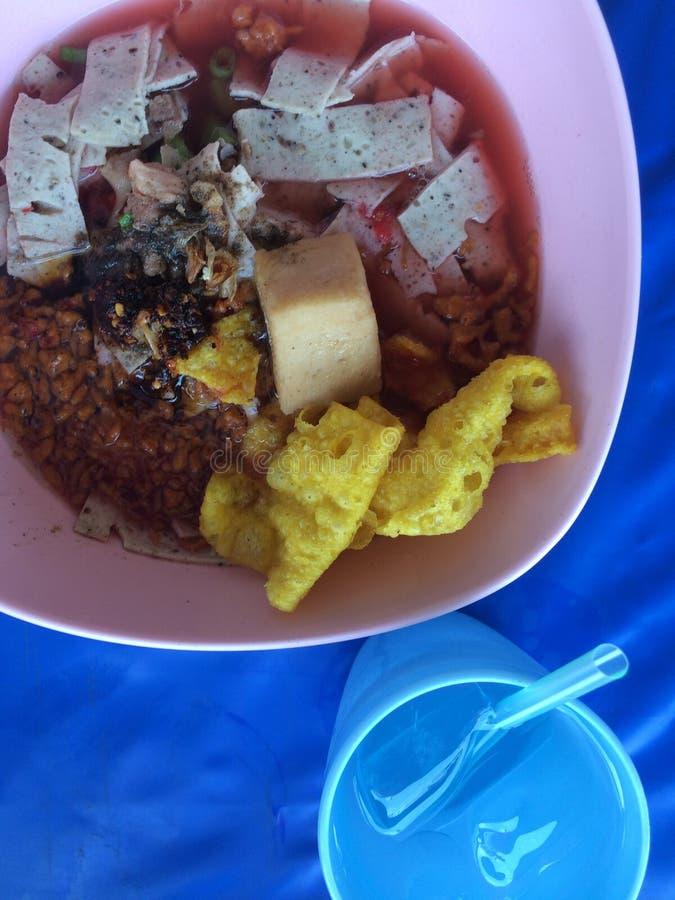 sopa de fideos del Tailandés-estilo con los fishballs, la piel curruscante del wonton, y la salsa roja hecha en casa especial foto de archivo libre de regalías