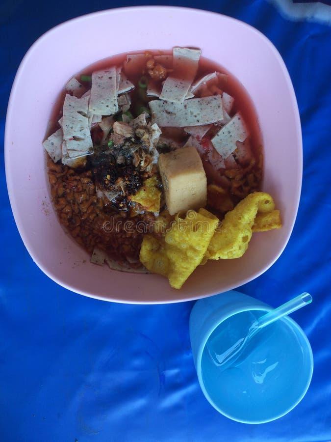 sopa de fideos del Tailandés-estilo con los fishballs, la piel curruscante del wonton, y la salsa roja hecha en casa especial imagen de archivo