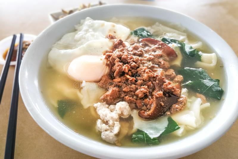Sopa de fideos deliciosa de Pan Mee, comida china popular en Malasia imágenes de archivo libres de regalías