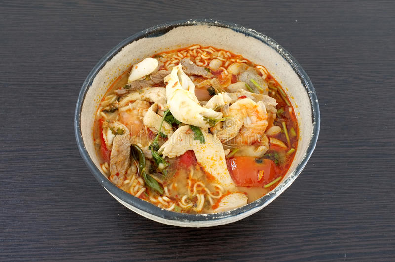Sopa de fideos picante asiática de los mariscos, sopa de fideos inmediata de los mariscos, en cuenco de cerámica foto de archivo libre de regalías