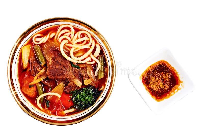 Sopa de fideos roja asiática con la verdura fotos de archivo