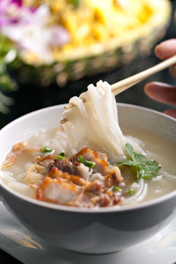Sopa de fideos tailandesa con cerdo curruscante fotografía de archivo libre de regalías