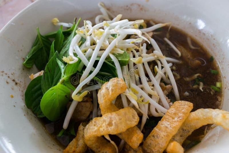Sopa de fideos tailandesa del cerdo de la comida del estilo con el melón amargo imágenes de archivo libres de regalías