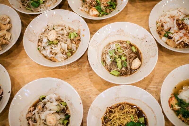 Sopa de fideos tailandesa del estilo, estilo de los tallarines de la cultura del barco, sopa de la sangre de los tallarines foto de archivo
