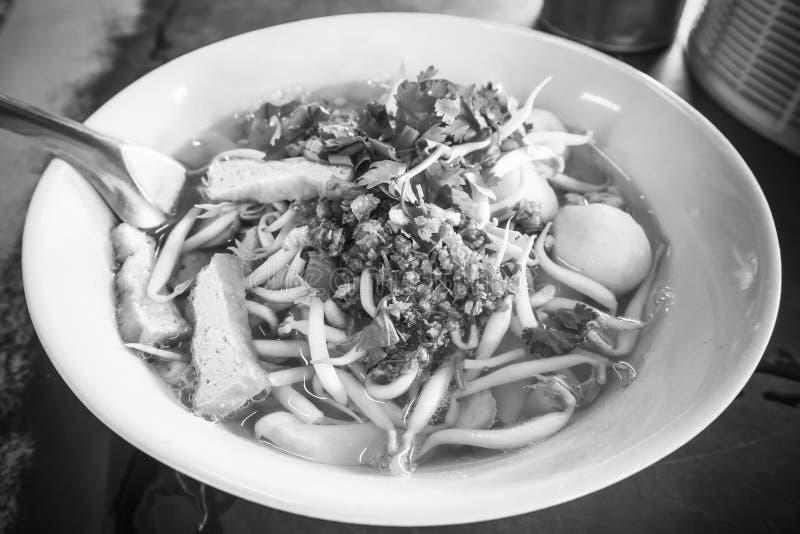 Sopa de fideos tailandesa en el cuenco blanco en la tabla fotos de archivo libres de regalías