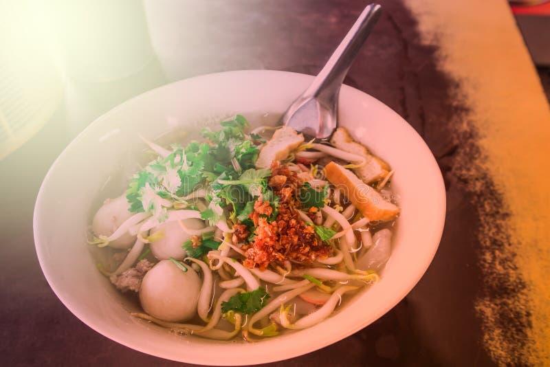 Sopa de fideos tailandesa en el cuenco blanco en la tabla fotos de archivo