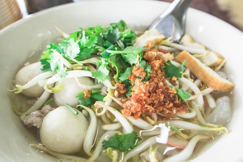 Sopa de fideos tailandesa en el cuenco blanco en la tabla foto de archivo libre de regalías
