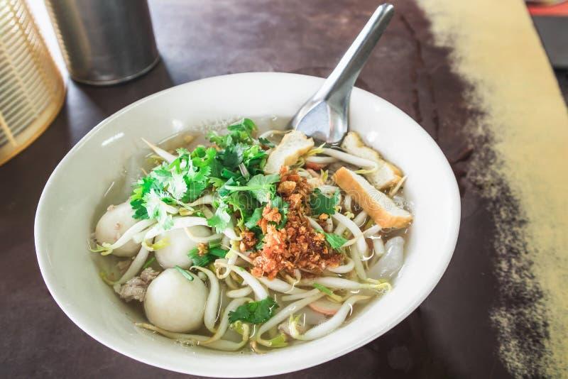 Sopa de fideos tailandesa en el cuenco blanco en la tabla imagen de archivo libre de regalías