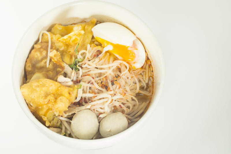 Sopa de fideos tailandesa en un cuenco en un noo picante del gusto blanco del fondo fotos de archivo libres de regalías