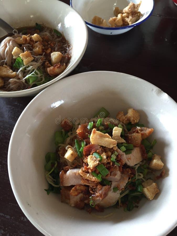 Sopa de fideos tailandesa famosa, sopa tailandesa de la sangre de los tallarines del estilo fotografía de archivo libre de regalías