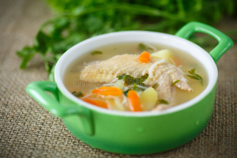 Sopa de galinha com macarronetes fotos de stock