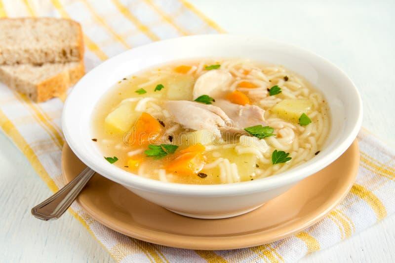 Sopa de galinha com macarronetes fotos de stock royalty free