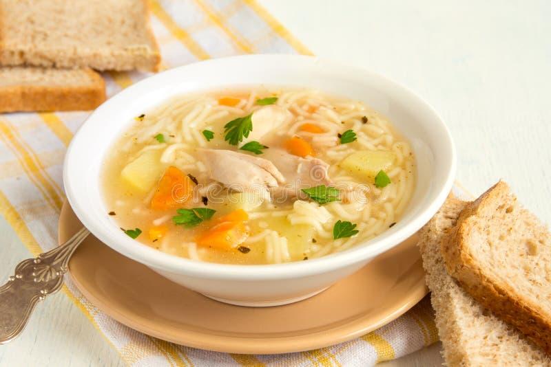Sopa de galinha com macarronetes fotografia de stock royalty free