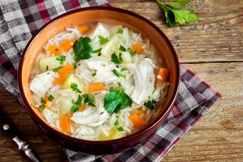 Sopa de galinha com macarronetes foto de stock royalty free