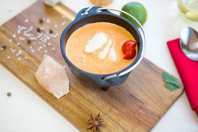 Sopa de galinha Sopa cremosa fresca caseiro com galinha e vegetais em um fim preto da bacia acima fotografia de stock