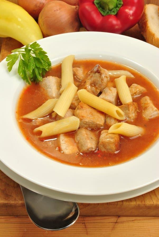 sopa de goulash com macarronete e pão fotos de stock royalty free