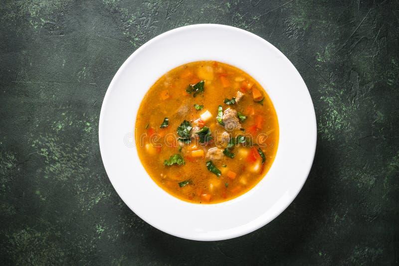 Sopa de goulash húngara tradicional na tabela fotos de stock