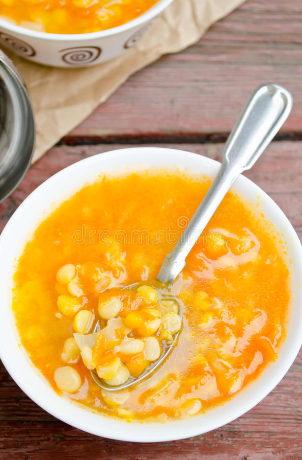 Sopa de guisantes amarilla del vegetariano y del vegano foto de archivo