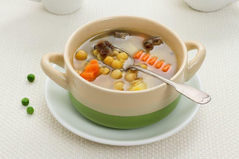 Sopa de guisantes, carne de guisado y patata amarillas foto de archivo libre de regalías