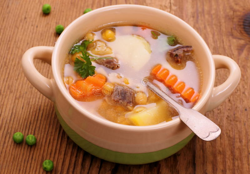 Sopa de guisantes, carne de guisado y patata amarillas fotografía de archivo libre de regalías