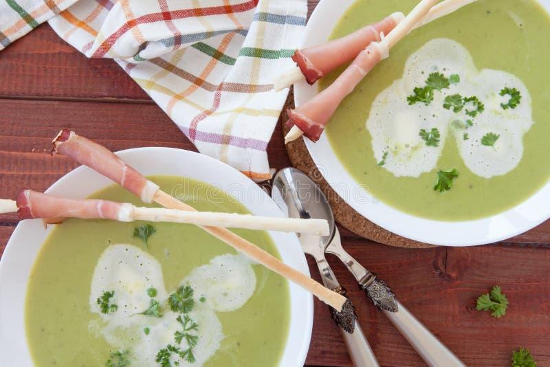 Sopa de guisantes cremosa hecha en casa fotografía de archivo libre de regalías