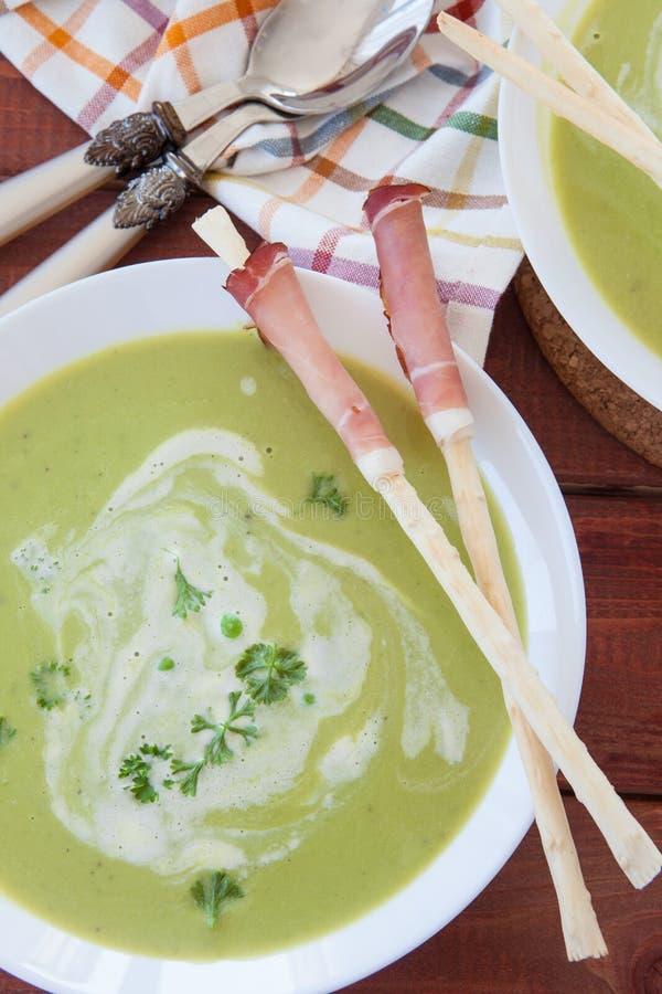 Sopa de guisantes cremosa hecha en casa foto de archivo libre de regalías