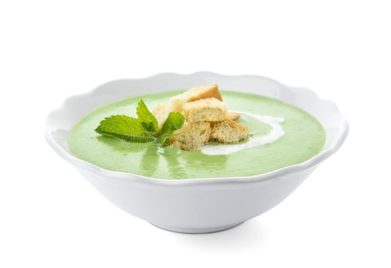 Sopa de guisantes verde con los cuscurrones en cuenco fotos de archivo libres de regalías