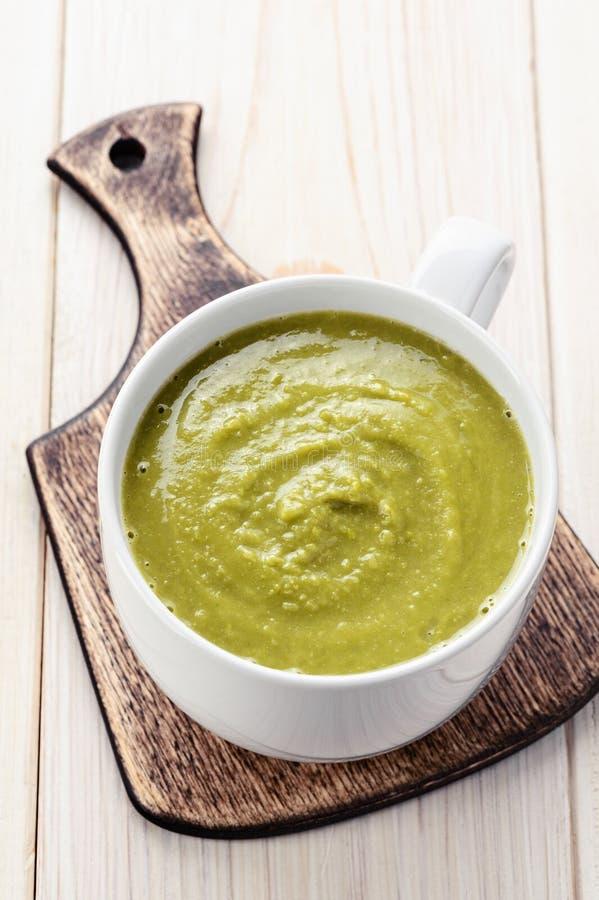Sopa de guisantes verde vegetariana imágenes de archivo libres de regalías
