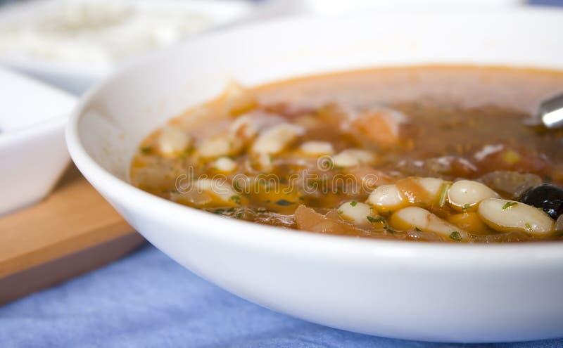 Sopa de habas griega con queso Feta y aceitunas fotografía de archivo