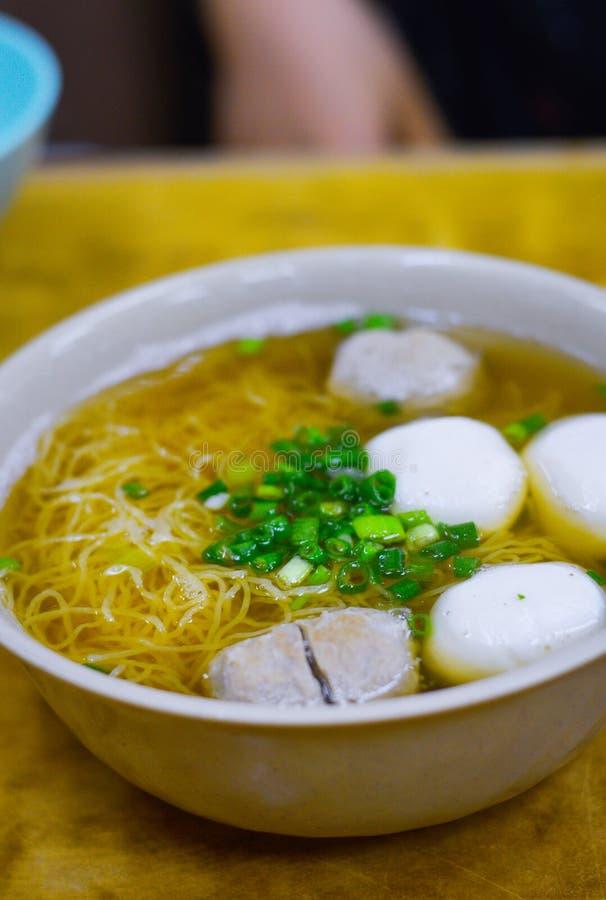 Sopa de Hong Kong Fish Ball Noodle com chalotas na parte superior fotos de stock