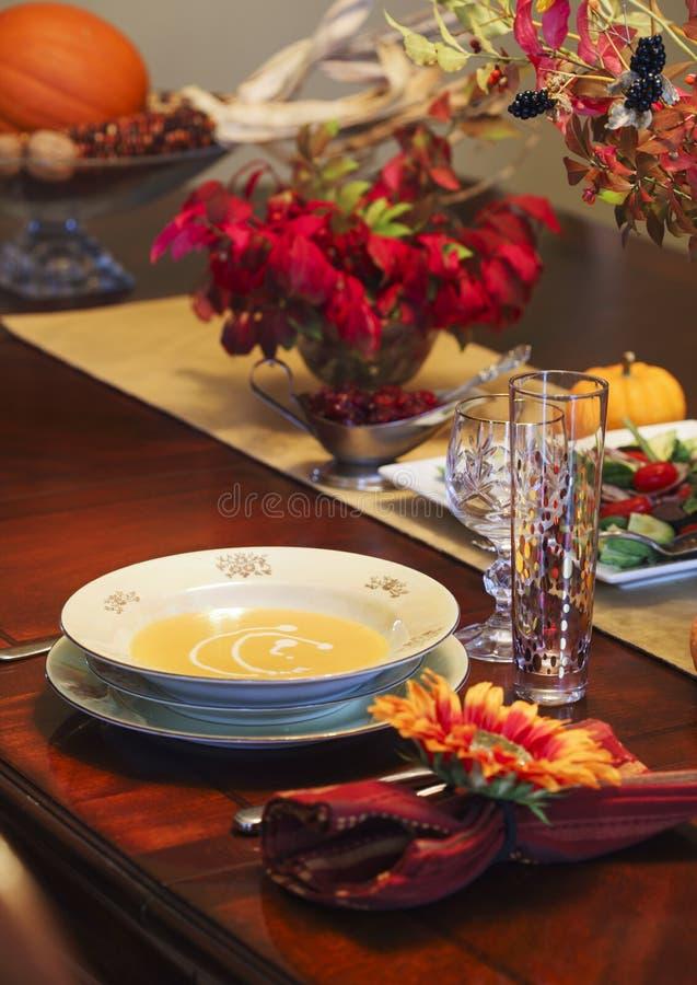 Sopa de la calabaza con crema en la tabla del día de fiesta fotografía de archivo