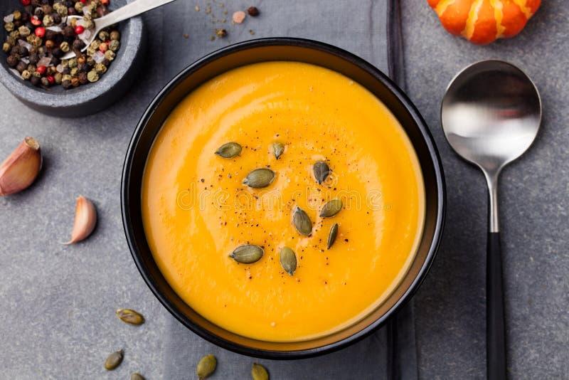 Sopa de la calabaza y de la zanahoria con la opinión superior de las semillas foto de archivo libre de regalías