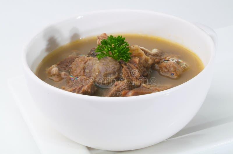 Sopa de la carne de vaca en el tazón de fuente blanco fotografía de archivo