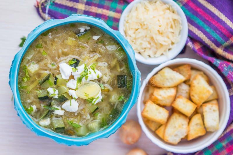 Sopa de la cebolla con el arroz, queso feta, calabacín, cuscurrones, SID sabroso fotos de archivo