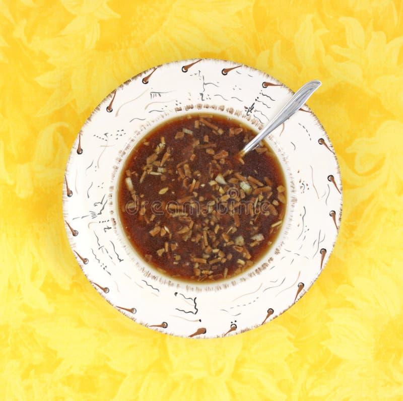 Sopa de la cebolla con la cuchara imagenes de archivo