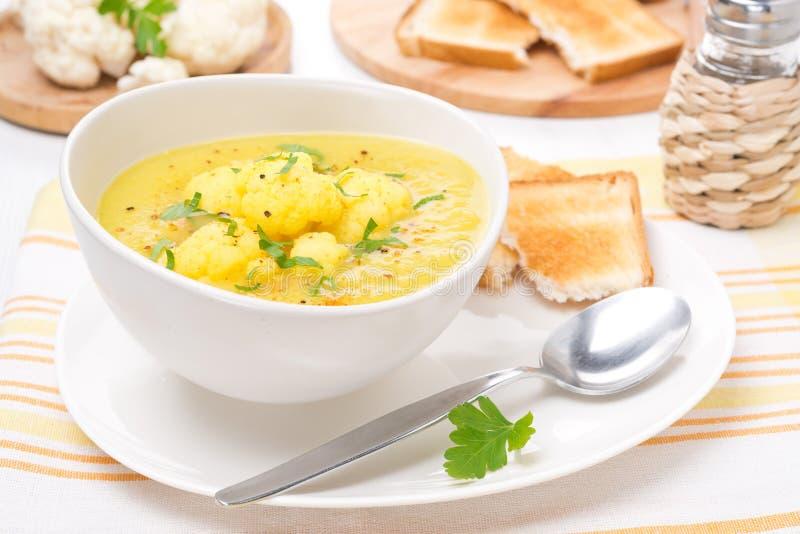 Sopa de la coliflor con curry imagen de archivo libre de regalías