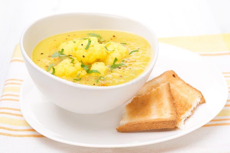Sopa de la coliflor con curry y tostada foto de archivo libre de regalías