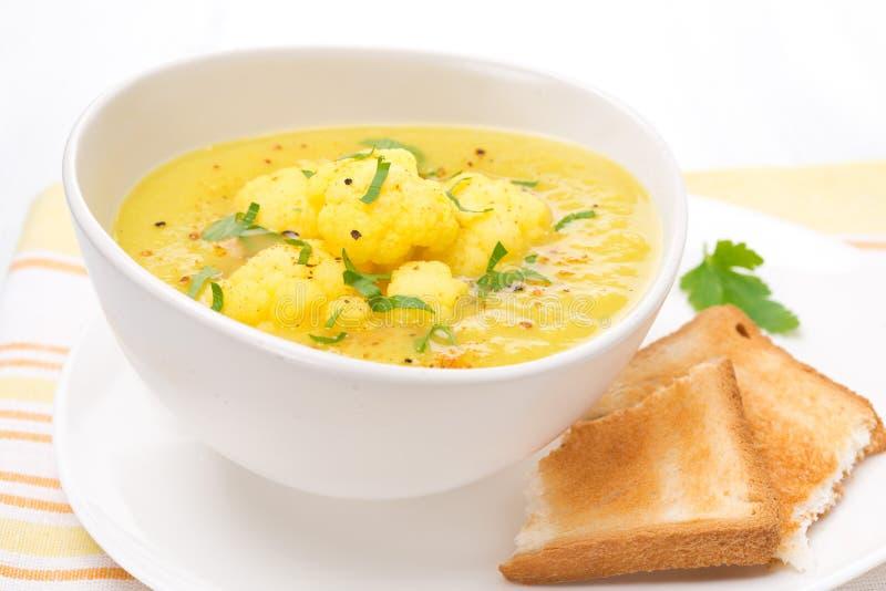 Sopa de la coliflor con el curry, primer imagen de archivo